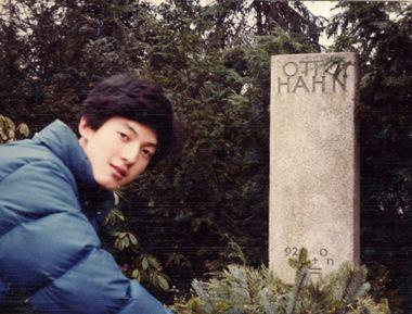 张首晟的妻子清明悼念丈夫:今天,为你树起一座墓碑